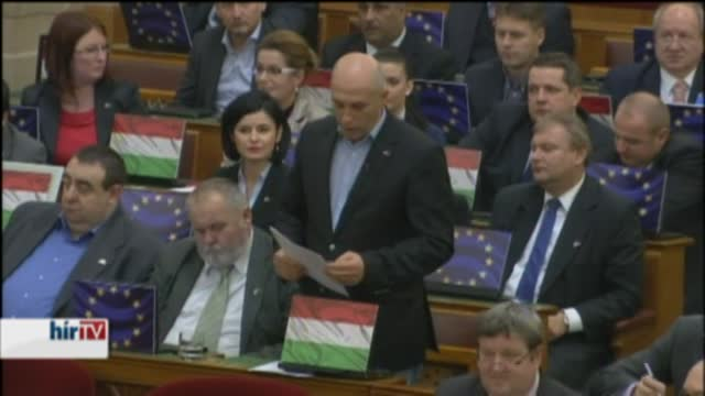 Uniós és nemzeti zászlókkal matricázták föl laptopjaikat a szocik