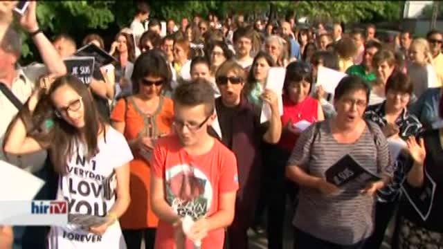A gimnázium igazgatójáért tüntettek