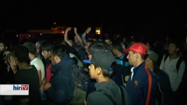 Meglökdösték a rendőröket a migránsok