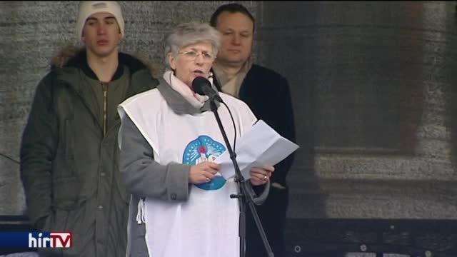 A kormány ellen hangolta a tüntetőket Galló Istváné