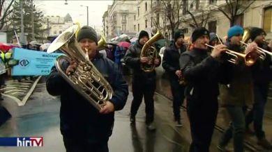 Pedagógus-tüntetés: a rossz idő ellenére megtelt a Kossuth-tér