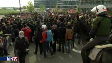 Szélsőbalosok tüntettek a bevándorlásellenes párt ellen