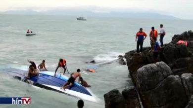 Felborult a siklóhajó, három halott