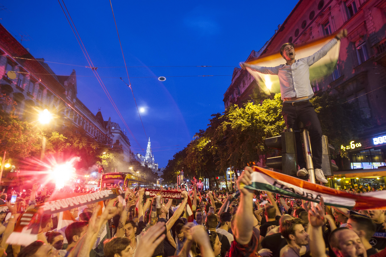 Bevették Budapestet a focidrukkerek a magyar-izland után
