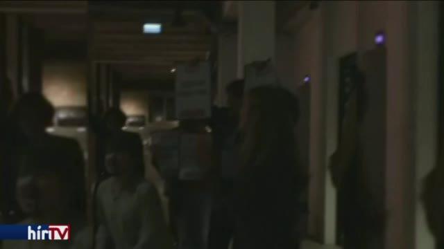Tüntetők várták Bayer Zsoltot