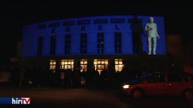 Fényfestéssel emlékeztek a forradalom hőseire az Erkel Színháznál