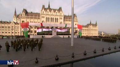 Zászlófelvonás a Kossuth téren az 1956-os forradalom 60. évfordulóján