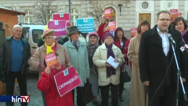 Ismét az idős nőket lek*rvázó polgármester ellen tüntettek
