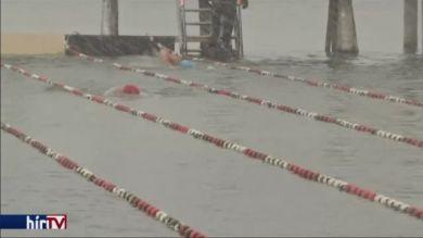 Úszóverseny a jeges Chiem-tóban