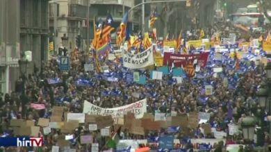 Százezrek tüntettek a migránsok betelepítése mellett