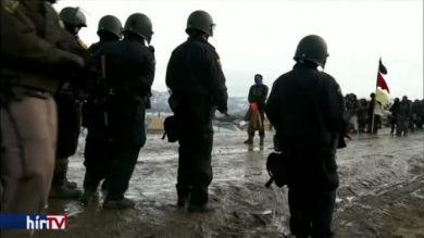 Bilincsbe verve vitték el a Dakota-olajvezeték elleni tüntetőket