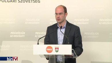 Tovább üti a kormány a Jobbikot plakátügyben