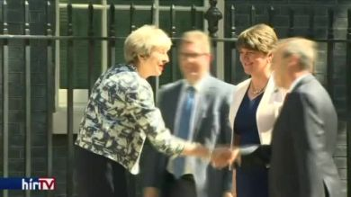 Észak-ír hátszelet kap Theresa May