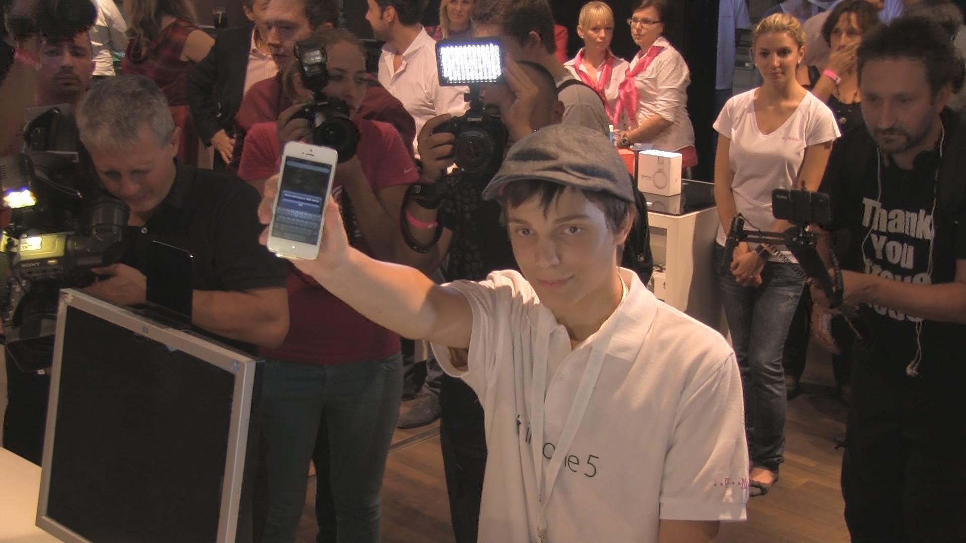 Felfokozott hangulat várta az első iPhone ötöst