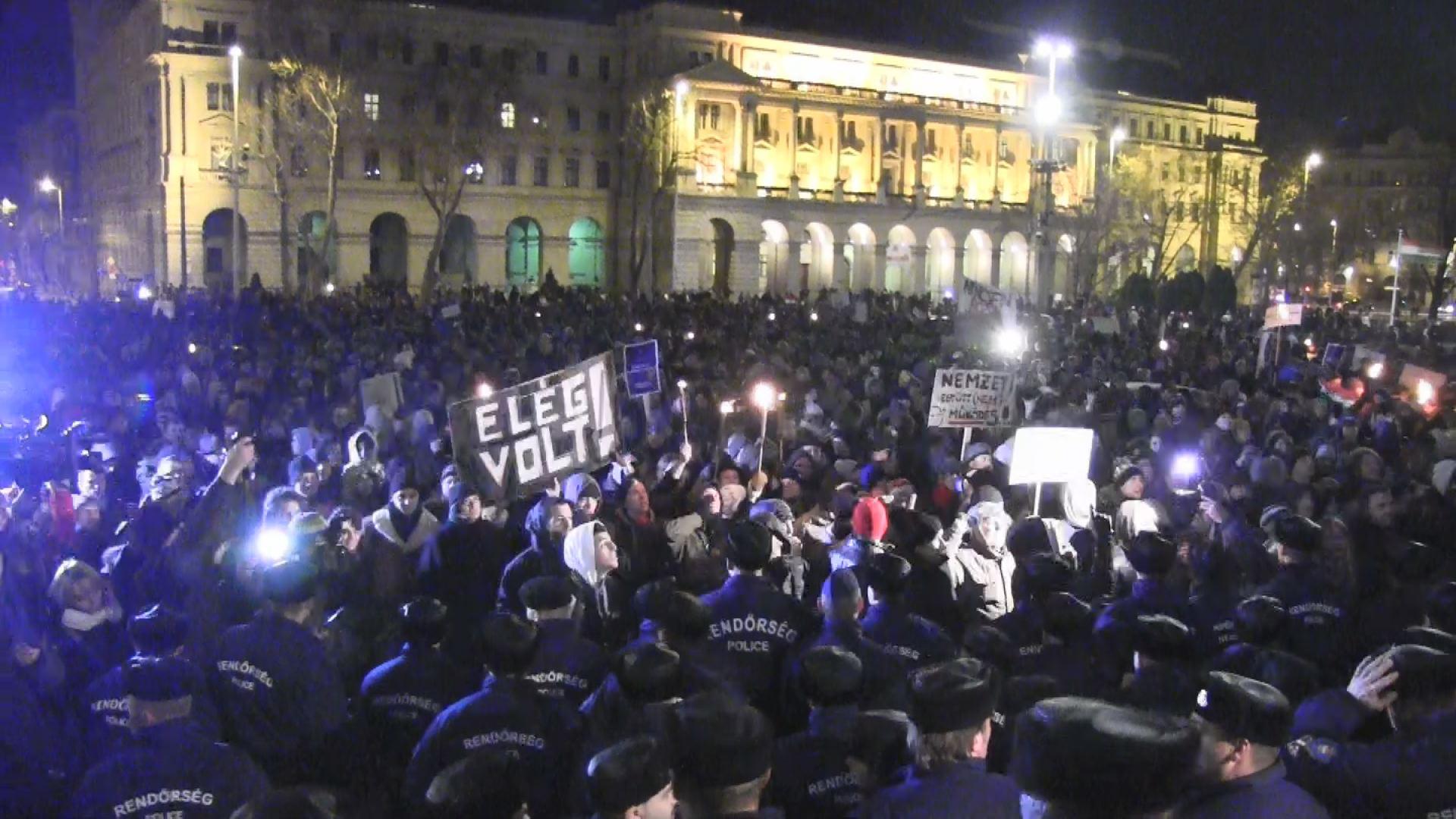 Így rohantak a tüntetők a Parlament lépcsőjéig