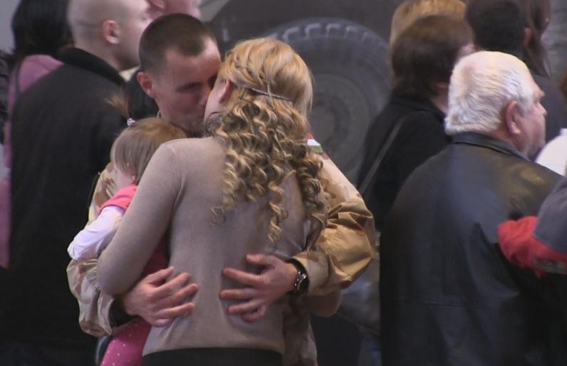 Örömkönnyek fogadták a hazatérő magyar katonákat