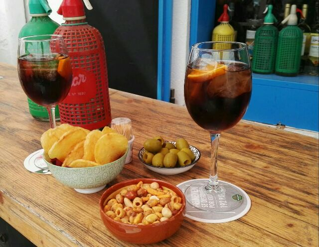 Vermut negre,patatons,olives,cacauets