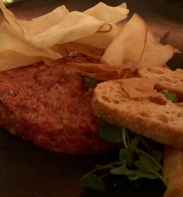 Steak tartar con brotes y chips vegetales