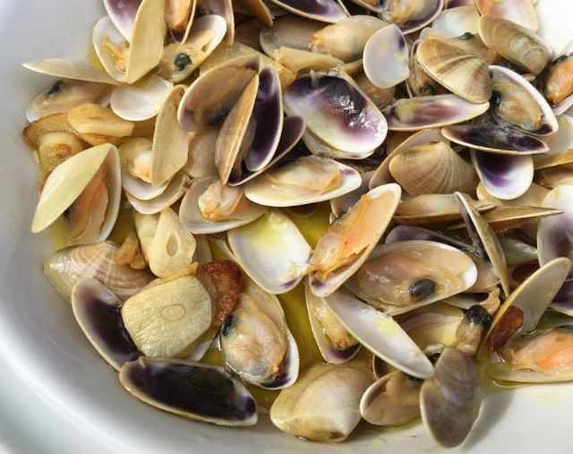 Wedge clams with garlic and olive oil