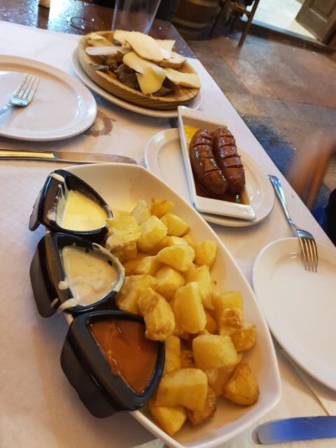 Patatas, chorizo y tabla de quesos