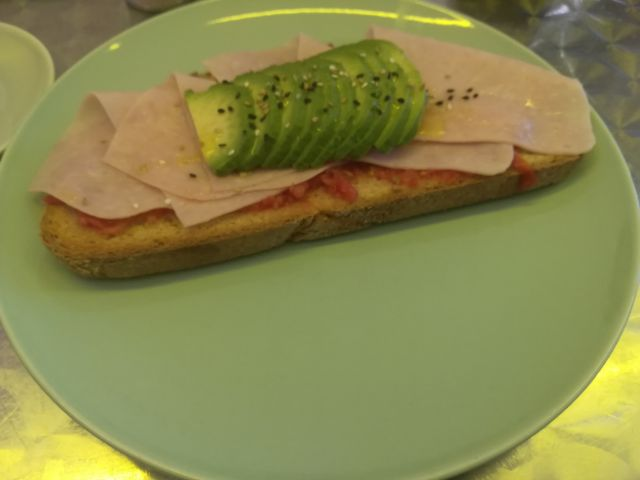 Tosta de aguacate pavo y tomate