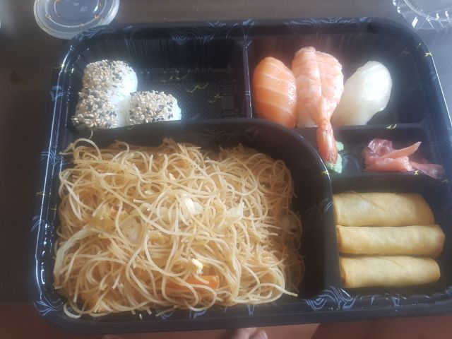 Combo fideos y sushi