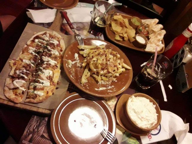 Bacon and cheese fries, quesadillas madrecita, pizza barbacoa, ensalada de col