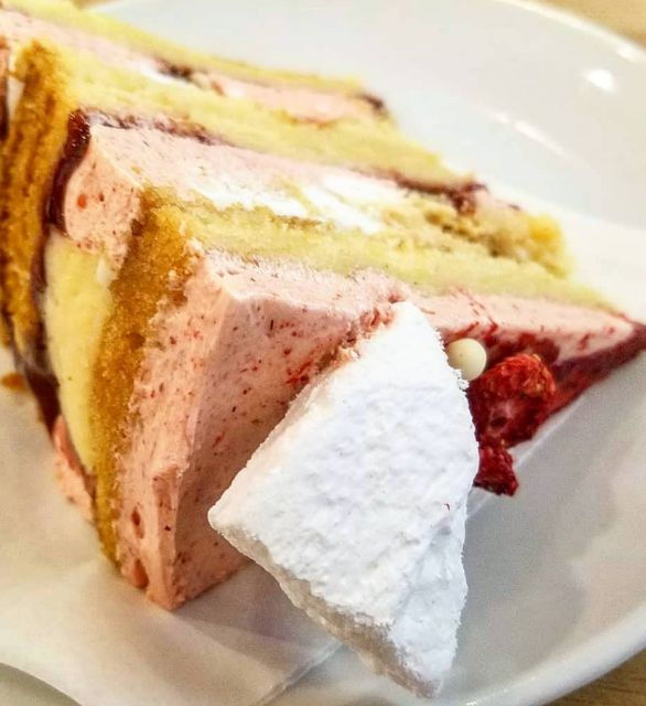 Eaton Mess cake with raspberry mousse and meringue