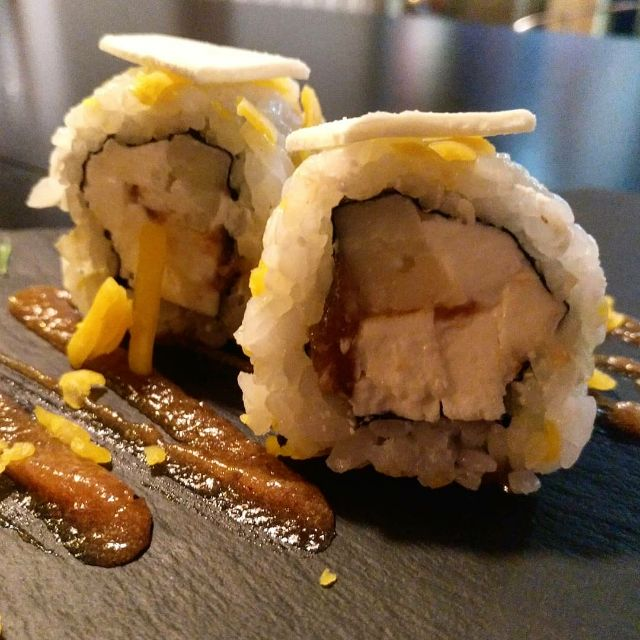 Maki roll de tres quesos con membrillo