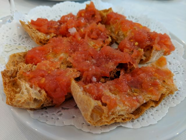 Pan chapata con tomate natural y oliva virgen extra