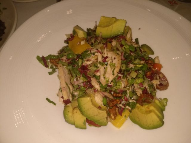 Chicken salade with advocado and vegetables