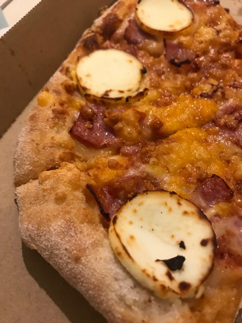 Pizza tres quesos y bacon