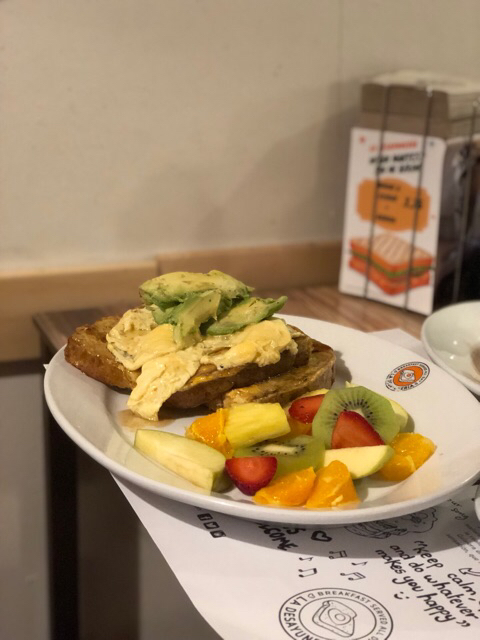 French toast con aguacate y scramble eggs
