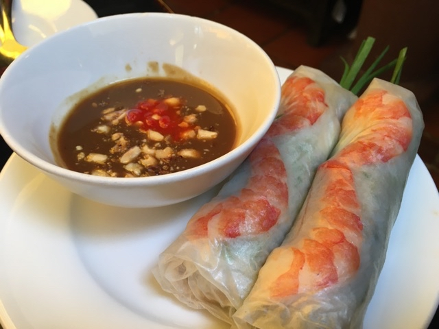 Fresh spring roll with shrimp, pork and herbs